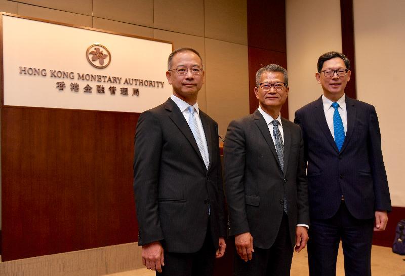 財政司司長陳茂波(中)今日(七月二十五日)在香港金融管理局總裁陳德霖(右)和候任總裁余偉文(左)陪同下會見傳媒。