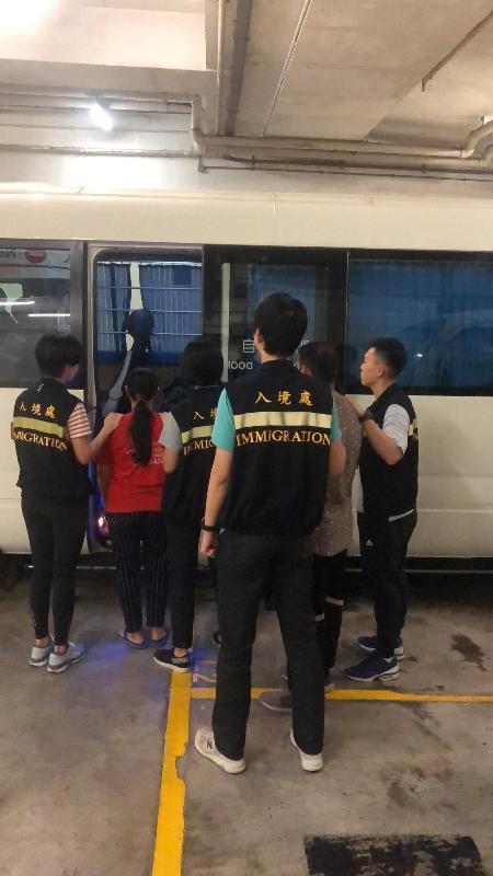 入境事務處一連四日(七月二十二至二十五日)在全港各區展開代號「曙光行動」的反非法勞工行動。圖示在行動中被捕的非法勞工。