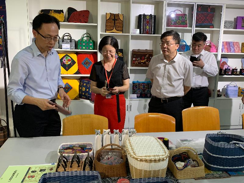 The Secretary for Constitutional and Mainland Affairs, Mr Patrick Nip, visited Guangxi today (July 26). Photo shows Mr Nip (left) touring the Nanning College for Vocational Technology to learn about the progress of co-operation between Hong Kong and Guangxi in the area of vocational training.