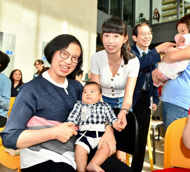 食物及衞生局局長陳肇始教授(左)今日(七月二十七日)在「國際母乳哺育周2019」慶祝活動上與授乳媽媽和其接受母乳哺育的寶寶合照。