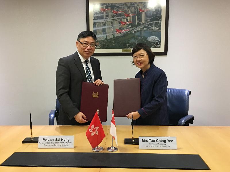 發展局常任秘書長(工務)林世雄(左)今日(七月三十日)在新加坡與新加坡財政部常任秘書長曾慶怡(右)簽署合作諒解備忘錄,以促進推展及管理基建項目的專業知識和經驗交流。