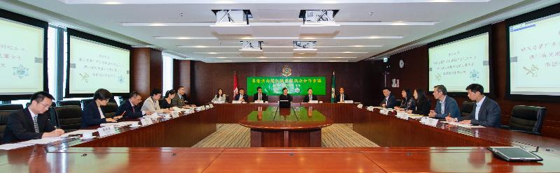 第一次粵港澳海關知識產權執法合作會議昨日(七月二十九日)和今日(七月三十日)在香港舉行,會議由香港海關助理關長(情報及調查)吳潔貞(右八)主持。國家海關總署廣東分署副主任劉紅(左四)和澳門海關助理關長周見靄(右三)分別率領代表團來港出席會議。