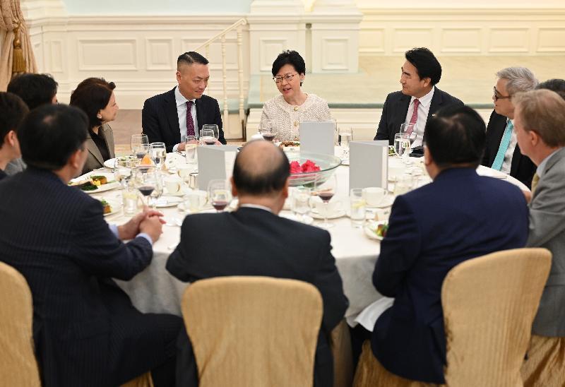 行政長官林鄭月娥(右三)今日(七月三十日)中午在禮賓府宴請國際和本地商會代表,就香港面對的挑戰和機遇交換意見,務求為今年的《施政報告》制訂更切合社會需要的政策措施。