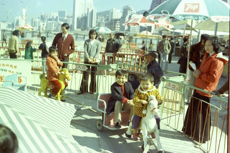 政府檔案處歷史檔案館將於八月二日至三十日在九龍公共圖書館舉行「童趣‧童遊:香港兒童玩樂點滴」流動展覽。圖示一九七○年代兒童在灣仔新填地工展會玩樂,圖片由莊慶輝提供。