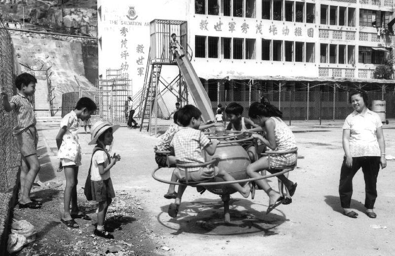 政府檔案處歷史檔案館將於八月二日至三十日在九龍公共圖書館舉行「童趣‧童遊:香港兒童玩樂點滴」流動展覽。圖示一九七七年秀茂坪的兒童遊樂設施,圖片由高添強提供。