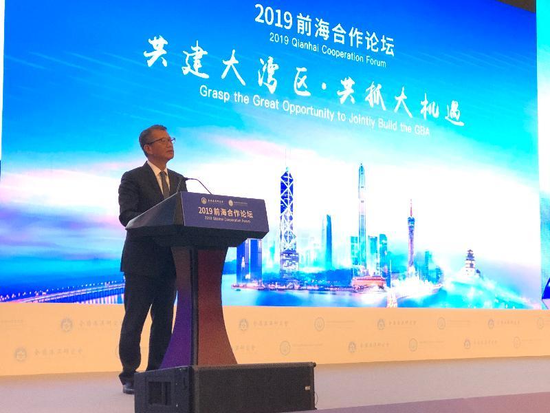 財政司司長陳茂波今日(八月二日)上午在深圳出席2019前海合作論壇——「共建大灣區‧共抓大機遇」。圖示陳茂波在論壇上致辭。