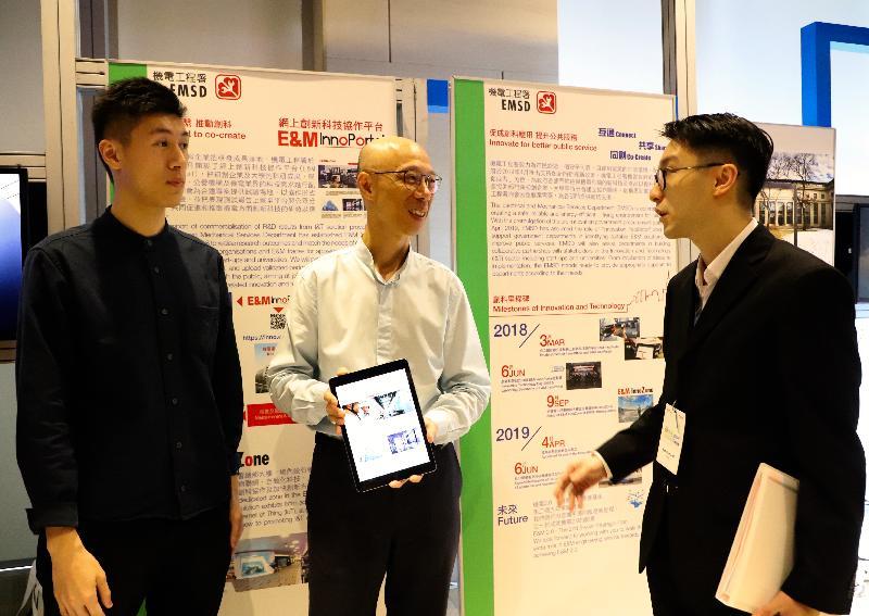 環境局局長黃錦星(中)今日(八月六日)在環境局與機電工程署(機電署)合辦的綠色創科日參觀機電署介紹網上創新科技協作平台的攤位。