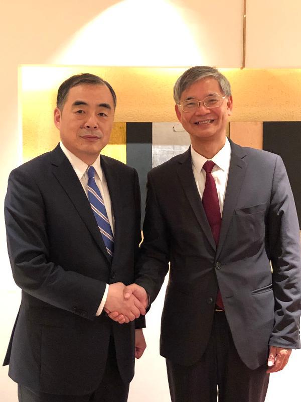 勞工及福利局局長羅致光博士(右)今日(八月七日)在結束日本東京的訪問行程前,與中華人民共和國駐日本國特命全權大使孔鉉佑會面。