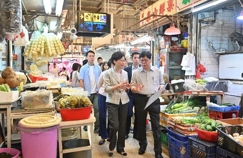 行政長官林鄭月娥(前排左)在食物及衞生局局長陳肇始教授陪同下,今日(八月七日)到訪大圍街市了解改善工程進展。