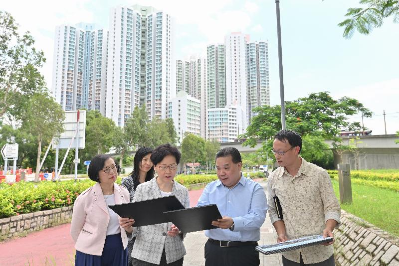 The Chief Executive, Mrs Carrie Lam (third right), accompanied by the Secretary for Food and Health, Professor Sophia Chan (first left), inspected the chosen site for the new public market at Tin Shui Wai today (August 7).