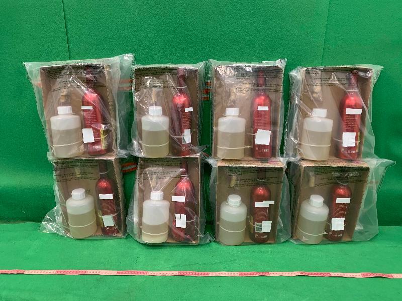 香港海關昨日(八月八日)在香港國際機場檢獲約六點八公斤懷疑液態可卡因,估計市值約六百七十萬元。