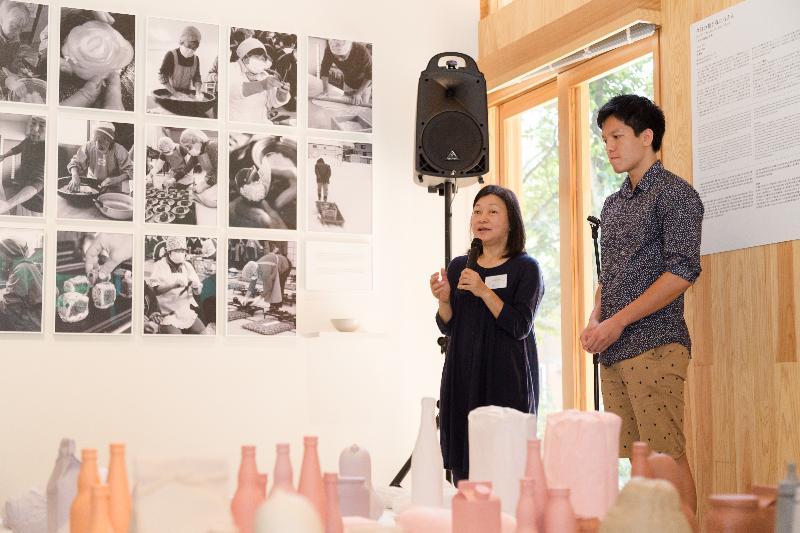 位於日本津南町的「越後妻有大地藝術祭──香港部屋」今日(八月十日)重新開幕,舉行《今日予我我日用糧》展覽,展出香港藝術家尹麗娟的作品。圖示尹麗娟(左)介紹展覽內容。
