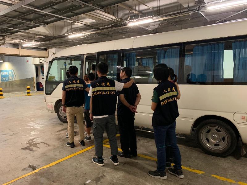 入境事務處昨日(八月十二日)在香港區展開代號「曙光行動」的反非法勞工行動。圖示非法勞工在行動中被捕。