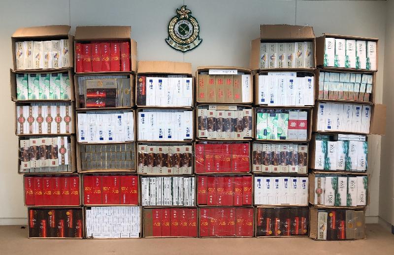 香港海關昨日(八月十二日)在葵涌和粉嶺進行反私煙行動,共檢獲約二十萬支懷疑私煙,估計市值約六十萬元,應課稅值約四十萬元。圖示在葵涌一個工業大廈單位內檢獲的懷疑私煙。