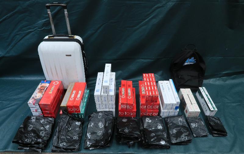 香港海關昨日(八月十二日)在葵涌和粉嶺進行反私煙行動,共檢獲約二十萬支懷疑私煙,估計市值約六十萬元,應課稅值約四十萬元。圖示在粉嶺一個公屋單位內檢獲的懷疑私煙。