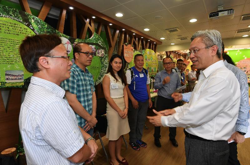 公務員事務局局長羅智光今日(八月十四日)到訪漁農自然護理署。圖示羅智光(右一)與部門各職系的員工代表茶敍,就他們關注的事宜交換意見。