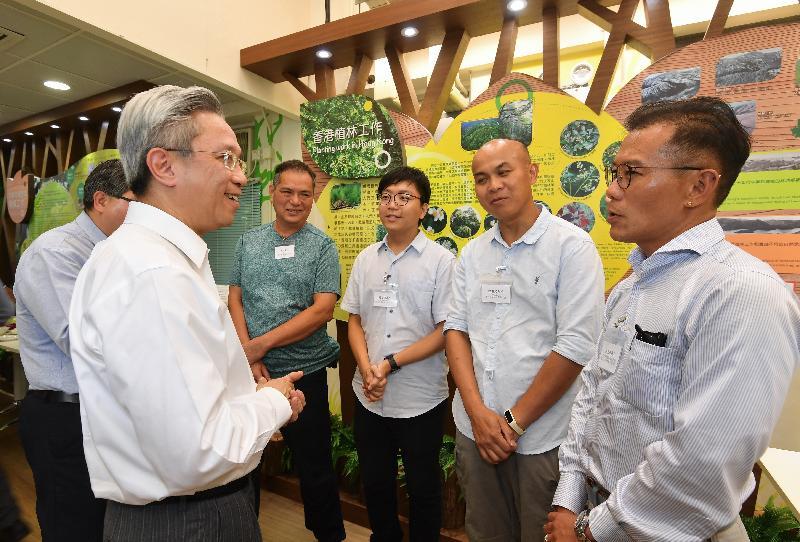 公務員事務局局長羅智光今日(八月十四日)到訪漁農自然護理署。圖示羅智光(左一)與部門各職系的員工代表茶敍,就他們關注的事宜交換意見。