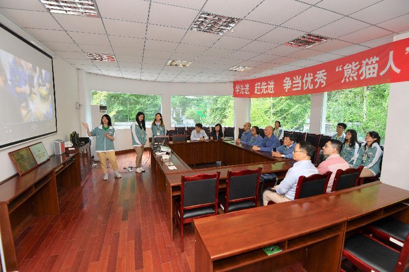 環境局局長黃錦星(中)今日(八月十四日)到訪四川,參觀中國保護大熊貓研究中心位於臥龍的核桃坪基地,了解大熊貓的保育工作。