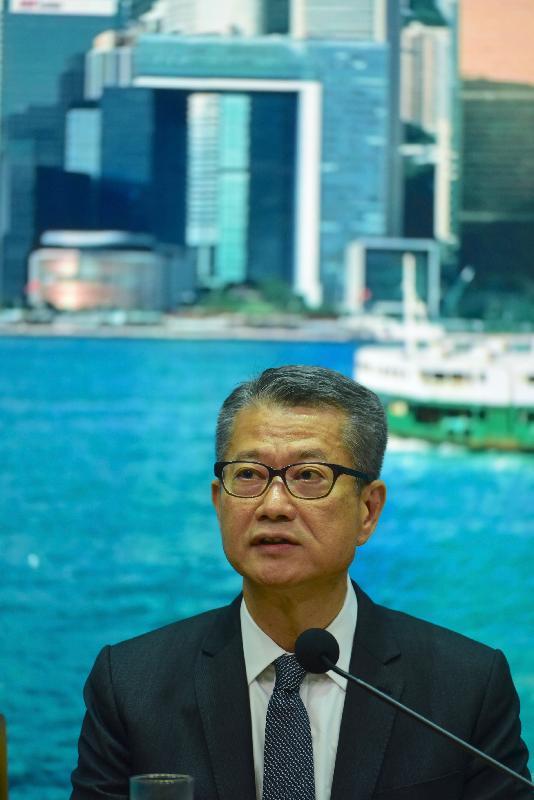 財政司司長陳茂波今日(八月十五日)舉行記者會,公布最新經濟情況及一系列支援企業和市民的措施。