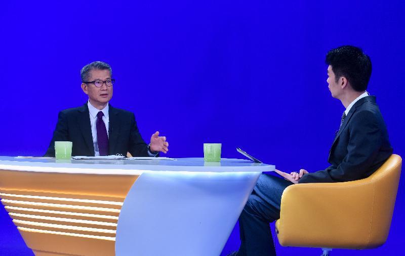 財政司司長陳茂波(左)今日(八月十八日)出席無綫電視節目《講清講楚》。