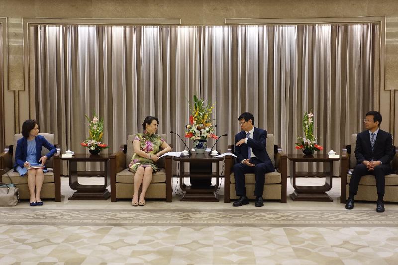 律政司司長鄭若驊資深大律師(左二)今日(八月十九日)在上海展開訪問行程,上午聯同香港法律和爭議解決業界人士與上海市人民政府副市長許昆林(右二)會面。