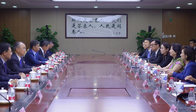 律政司司長鄭若驊資深大律師(右二)今日(八月十九日)聯同香港法律和爭議解決業界人士,與上海市司法局局長陸衛東(左二)和上海市律師協會代表會面。