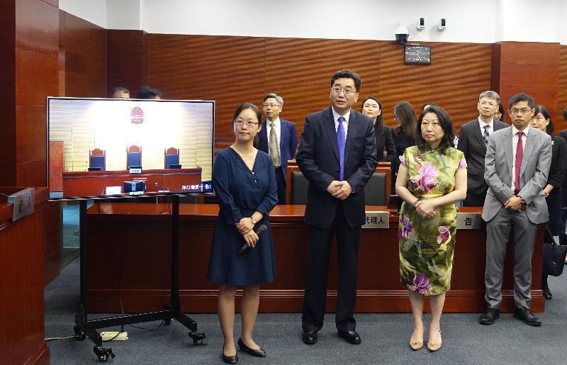 律政司司長鄭若驊資深大律師(前排右二)今日(八月十九日)在上海海事法院院長汪彤(前排左二)陪同下,與香港法律和爭議解決業界人士參觀上海海事法院。