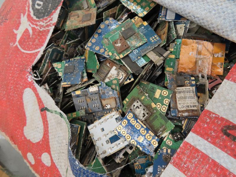 環境保護署於二月至三月期間在香港海關協助下,在香港國際機場截獲廢印刷電路板。