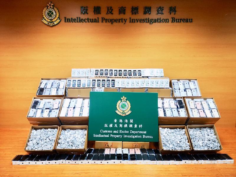 香港海關在八月期間採取代號為「阿當」的打擊跨境冒牌物品行動,搗破一個儲存懷疑冒牌手提電話及配件的倉庫和檢獲三批出口的懷疑冒牌手提電話,共檢獲約一萬五千件懷疑冒牌手提電話及配件,估計市值約一百九十萬元。