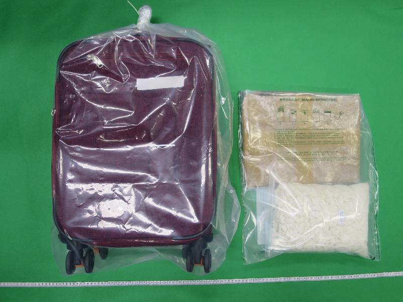 為加強打擊香港與澳門之間的跨境販毒活動,香港及澳門兩地海關於七月二十日至八月三十一日進行代號「渦輪機」的聯合行動,破獲十八宗往來兩地的毒品案件,檢獲約4.45公斤各類懷疑毒品,估計市值約為五百五十萬元,並拘捕十九人。圖示部分檢獲的懷疑可卡因。