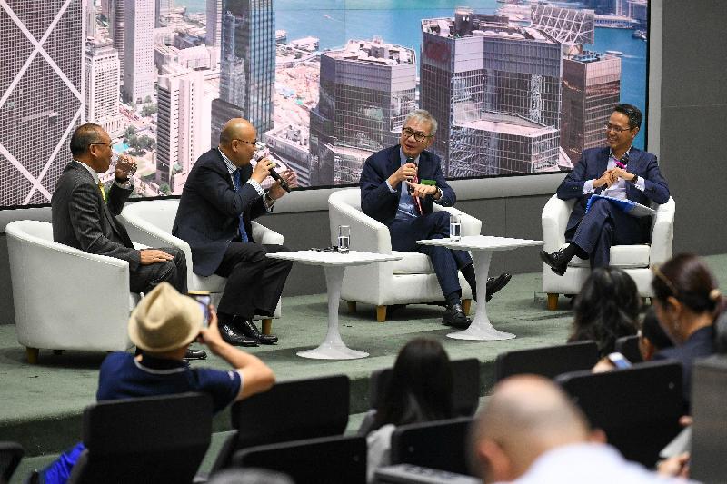 商務及經濟發展局今日(九月四日)舉辦題為「應對經濟下行 尋找新出路」的中小企論壇,向業界介紹政府目前為他們提供的多項資助計劃,以及新推出的支援措施。圖示香港按揭證劵有限公司執行董事兼總裁李令翔(右二)參與「中小企業融資攻略」的專題討論環節,並有業界代表分享申請資助的成功經驗。
