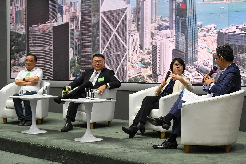 商務及經濟發展局今日(九月四日)舉辦題為「應對經濟下行 尋找新出路」的中小企論壇,向業界介紹政府目前為他們提供的多項資助計劃,以及新推出的支援措施。圖示創新及科技局常任秘書長蔡淑嫻(右二)及香港科技園董事會主席查毅超博士(左二)參與「應用科技 升級轉型」的專題討論環節,並有業界代表分享申請資助的成功經驗。
