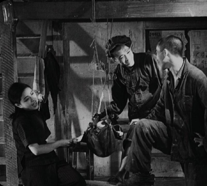 康樂及文化事務署香港電影資料館的「瑰寶情尋」系列將以「光影雙城」為題,於十月六日至二○二○年五月三日期間放映八套與上海有關的電影。圖示《掙扎》(修復版)(1933)劇照。