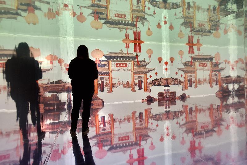 康樂及文化事務署香港電影資料館(資料館)今日(九月六日)至十二月一日,在資料館展覽廳舉辦「銀光承傳——粵劇申遺十周年」展覽。展覽由長安街出發,以光雕投影及動態影像,重構《紫釵記》(1959)中〈燈街拾翠〉賞燈的場景。