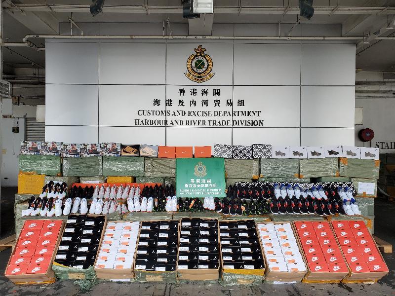 香港海關八月三十一日在屯門內河船碼頭海關驗貨場一個貨櫃內檢獲約五千六百對懷疑冒牌運動鞋,估計市值約八十五萬元。