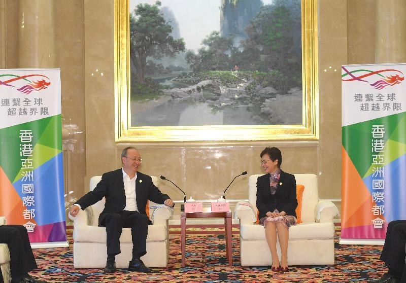 行政長官林鄭月娥(右)今日(九月六日)在南寧出席2019年泛珠三角區域合作行政首長聯席會議期間,與四川省省長尹力(左)進行雙邊會面。