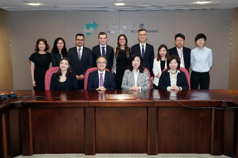 根據香港與智利所簽訂的《自由貿易協定》而成立的自由貿易委員會今日(九月六日)在香港完成首次會議。圖示工業貿易署署長甄美薇(前排右二)、智利國際經濟關係總司司長Felipe Lopeandia(前排左二)及雙方成員在會上合照。