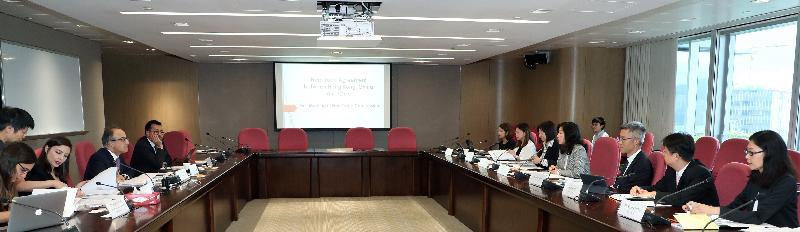 根據香港與智利所簽訂的《自由貿易協定》而成立的自由貿易委員會今日(九月六日)在香港完成首次會議。會議由工業貿易署署長甄美薇(右四)與智利國際經濟關係總司司長Felipe Lopeandia(左四)聯合主持。