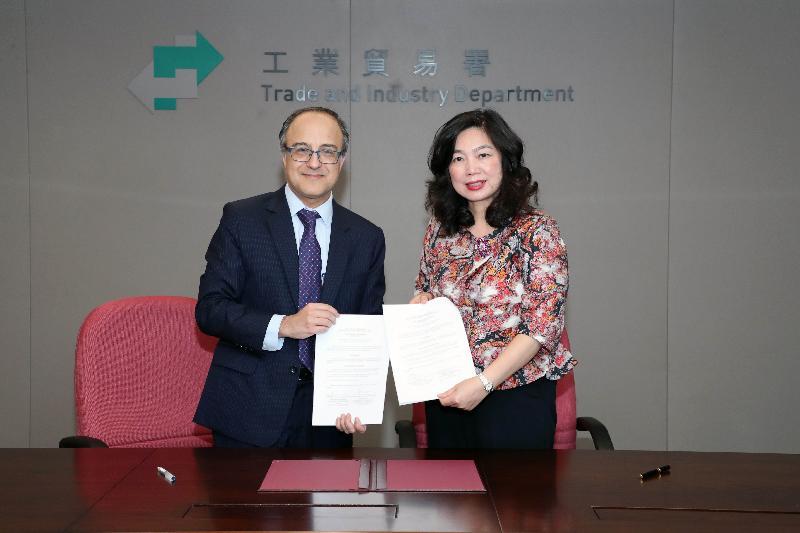 根據香港與智利所簽訂的《自由貿易協定》而成立的自由貿易委員會今日(九月六日)在香港完成首次會議。委員會通過在《自由貿易協定》下成立的爭端解決仲裁小組的程序規則。圖示工業貿易署署長甄美薇(右)與智利國際經濟關係總司司長Felipe Lopeandia(左)交換簽署文件。