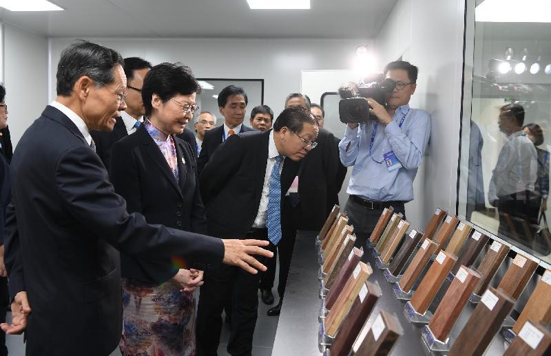 行政長官林鄭月娥今日(九月六日)在南寧參觀廣西—香港(STC)檢驗檢測認證中心。圖示林鄭月娥(左二)了解檢測木材的實驗室。