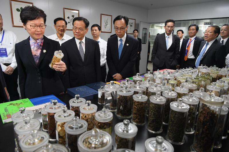 行政長官林鄭月娥今日(九月六日)在南寧參觀廣西—香港(STC)檢驗檢測認證中心。圖示林鄭月娥(左一)了解檢驗檢測實驗室的運作。