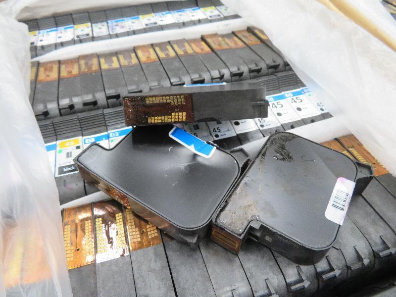 環境保護署於今年二月在香港海關協助下,在香港國際機場截獲廢打印機墨盒。