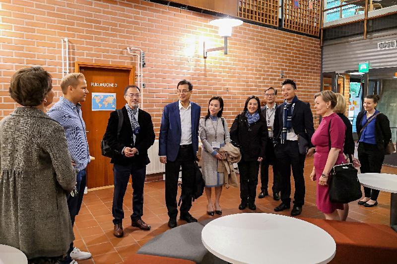 立法會代表團昨日(赫爾辛基時間九月九日)參觀芬蘭赫爾辛基Pihkapuisto綜合型學校,副校長Mikko Oikarinen(左二)在場迎接。
