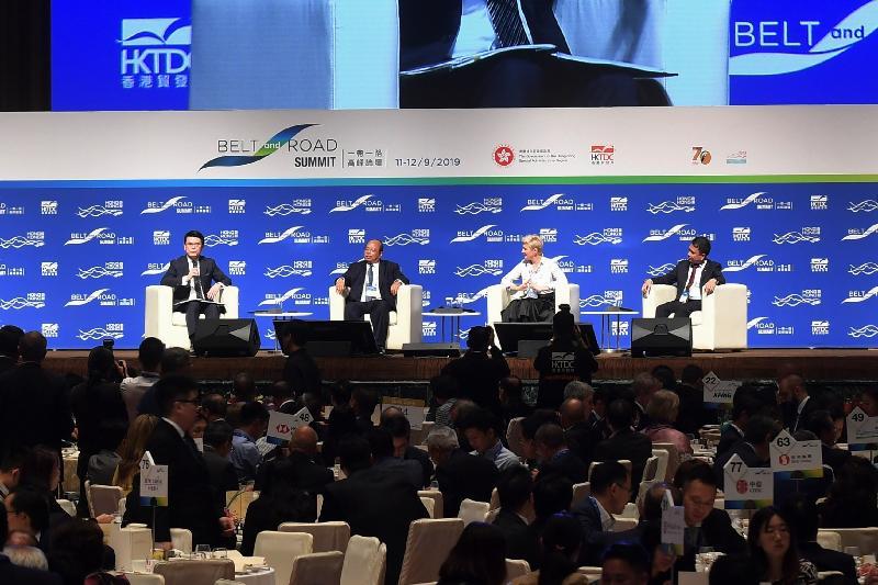 商務及經濟發展局局長邱騰華(左一)今日(九月十一日)在第四屆「一帶一路高峰論壇」的午宴主持政策對話環節,(左二起)緬甸投資及對外經濟關係部長兼緬甸投資委員會主席當吞、斯洛伐克財政部副部長兼斯洛伐克政府「一帶一路」倡議談判全權代表Dana Meager,以及菲律賓貿易及工業部助理部長Angelo B Taningco參與討論。