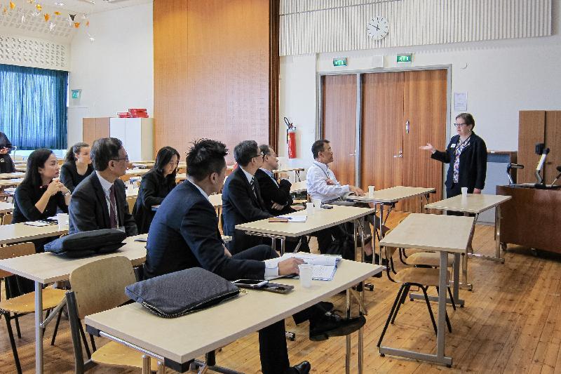 立法會代表團昨日(赫爾辛基時間九月十一日)到訪芬蘭赫爾辛基的Töölön高中學校,並聽取校長Pirkko Majakangas(右一)介紹芬蘭的高中教育制度。