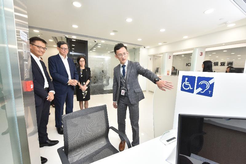 香港金融管理局總裁陳德霖(左二)及中國工商銀行(亞洲)主席兼執行董事高明(右二)今日(九月十二日)參觀一間位於將軍澳翠林邨新開業的銀行分行。