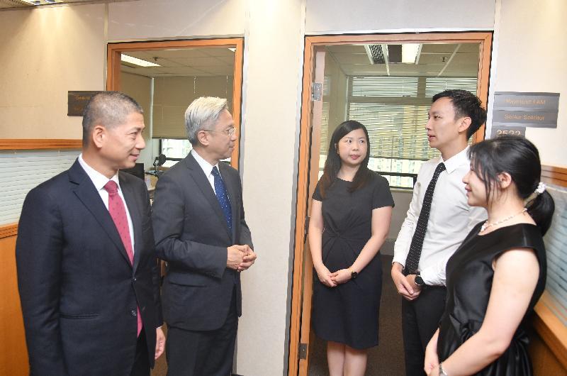 公務員事務局局長羅智光今日(九月十三日)到訪知識產權署。圖示羅智光(左二)與法律組別同事交談,了解他們的工作。旁為知識產權署署長黃福來(左一)。