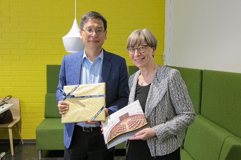 立法會代表團團長葉建源(左)昨日(奧盧時間九月十二日)與奧盧大學教務副校長Helka-Liisa Hentilä教授(右)交換紀念品。