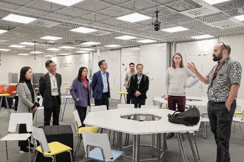 立法會代表團昨日(奧盧時間九月十二日)參觀奧盧大學教育學院內支援學習和互動研究的LeaF實驗室。