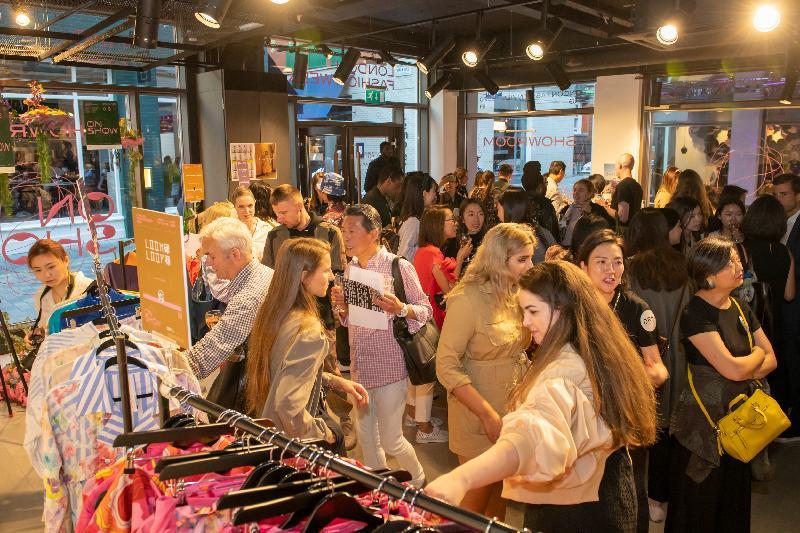 香港驻伦敦经济贸易办事处支持香港优秀时装设计师在九月十二日至十六日(伦敦时间)举行的伦敦时装周展出其作品。展出场地展示了Loom Loop、112 mountainyam、Yeung Chin及From Another Planets四位著名设计师,以及另外十六位新进设计师的作品。